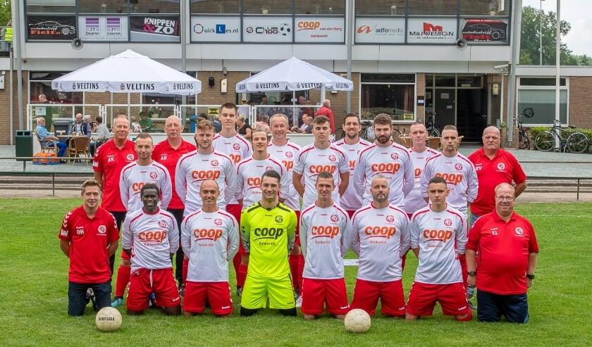 De teamfoto van SV Babberich 1 in het nieuwe tenue. De foto werd onlangs gemaakt voorafgaand aan de wedstrijd tegen Loenermark 1. (foto: Wil Kuipers)