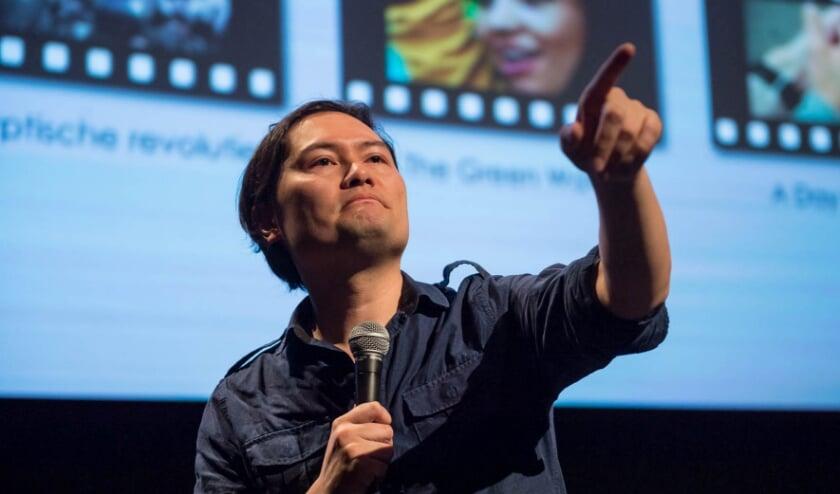 <p>Filmdocent Rudi de Boer geeft de lezing</p>