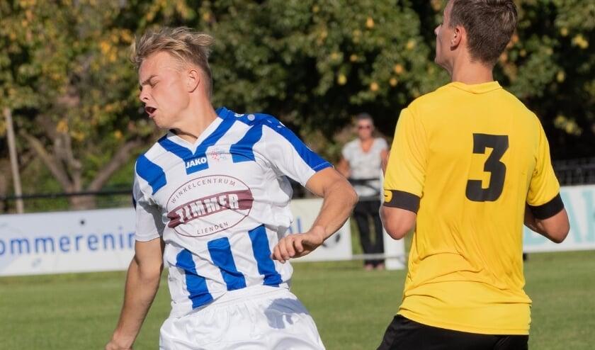 <p>Spelers van Uchta en FC Lienden zoeken naar de bal. (Foto: Wim Brouwers)</p>