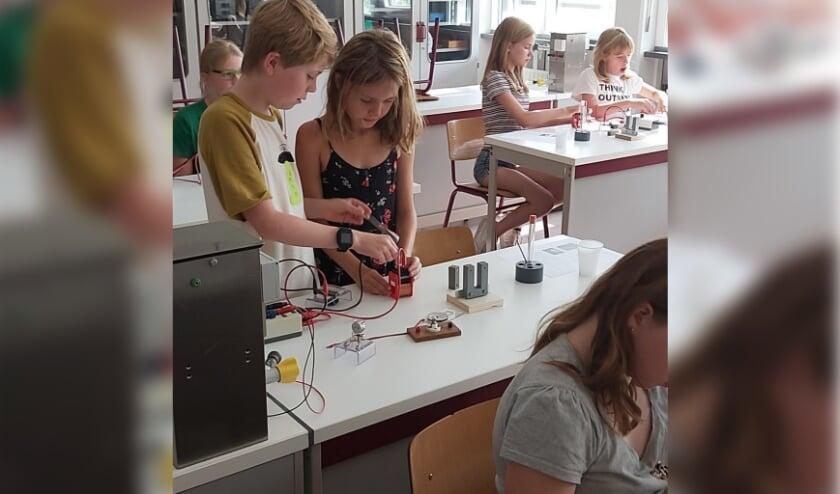 Kinderen aan het experimenteren