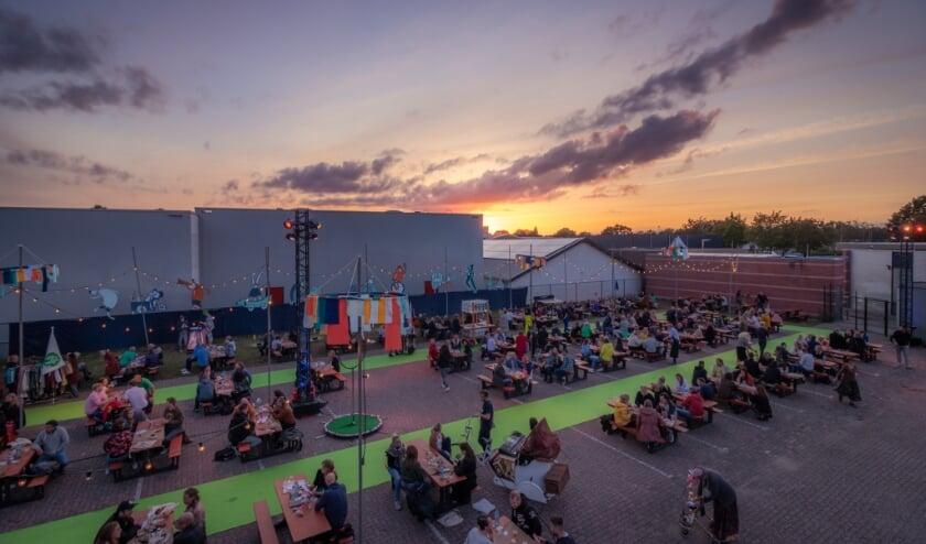 Het Stoet Festival was ruim opgezet waarbij bezoekers verspreid werden over het terrein (foto: Peter Sitsen)