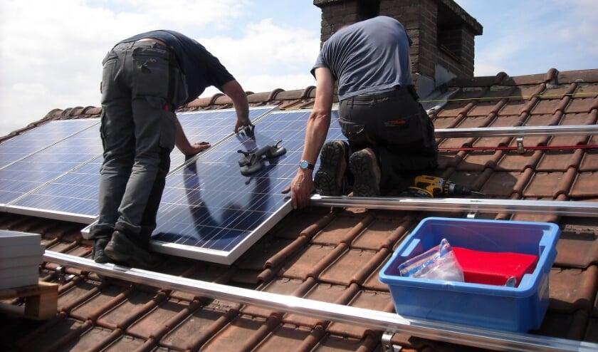 <p>Het monteren van zonnepanelen is precisiewerk. FOTO: PixaBay.</p>