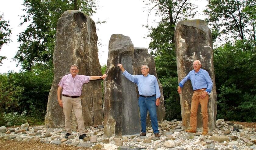 Jan van Vroenhoven en Jan Aarts, met oud-buurman Frans Liebregts van Jo Gijsen bij de 'Unie van Haaren', die nu fier in Middelbeers staat.
