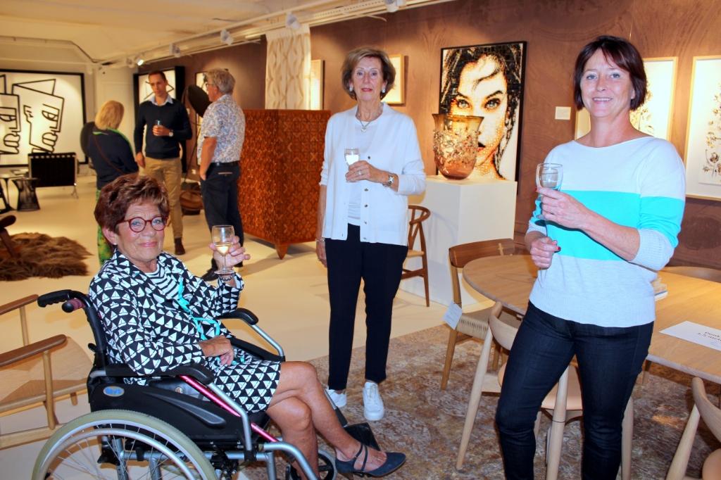 Anneke Veerman, Janneke Mourik en Ingrid van Senten (vlnr), uit Woerden, komen graag in de galerie. FOTO: Morvenna Goudkade Foto:  © DPG Media