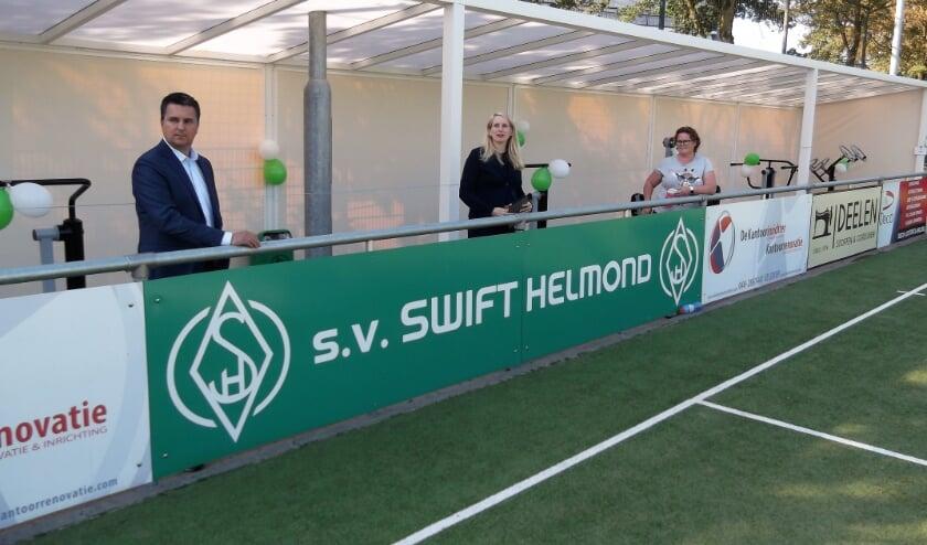 <p>Keurig op anderhalve meter afstand van elkaar: Chris van Knippenberg, wethouder Gaby van den Waardenburg en Inge Mulkens bij de opening.</p>