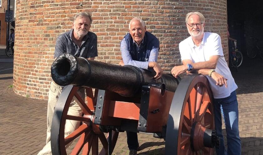 Vijf bestuursleden zijn er druk mee, op de foto, van links af, Fridtjof Meerlo, Bert Dijkink en Bert Helbers.