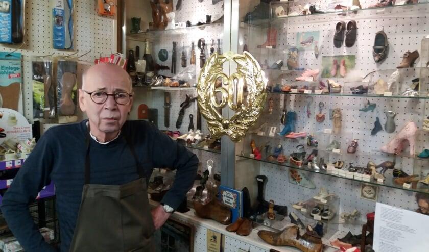 <p>Jan toont trots zijn verzameling miniatuurschoentjes: &ldquo;Ik ben altijd bezig met schoenen&rdquo; </p>