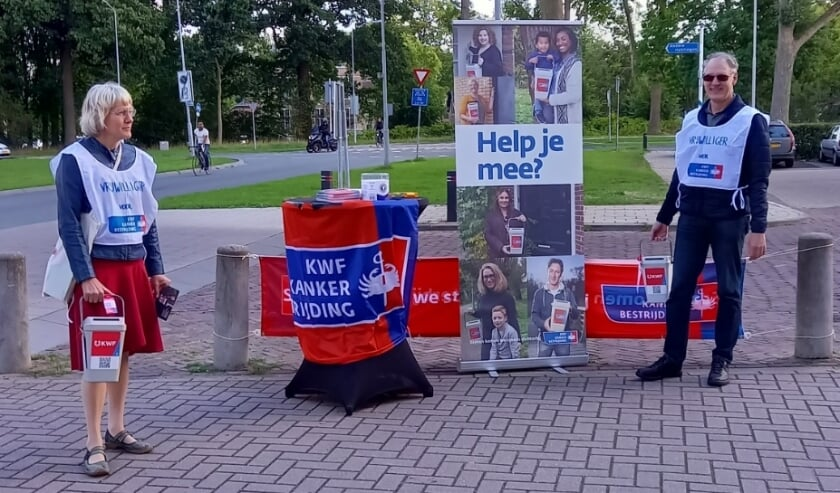 Bestuursleden Anneke de Win en Werner Hendrick tijdens de straatcollecte bij de Hoogvliet .