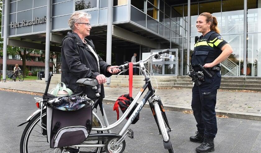 Manon Lichtenberg, de nieuwe wijkagent in Wehl (rechts) in gesprek met Annie Wenting. (foto: Roel Kleinpenning)