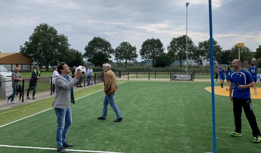 Wethouder Martijn Beek (links) en SKF-voorzitter Wouter ten Caat.