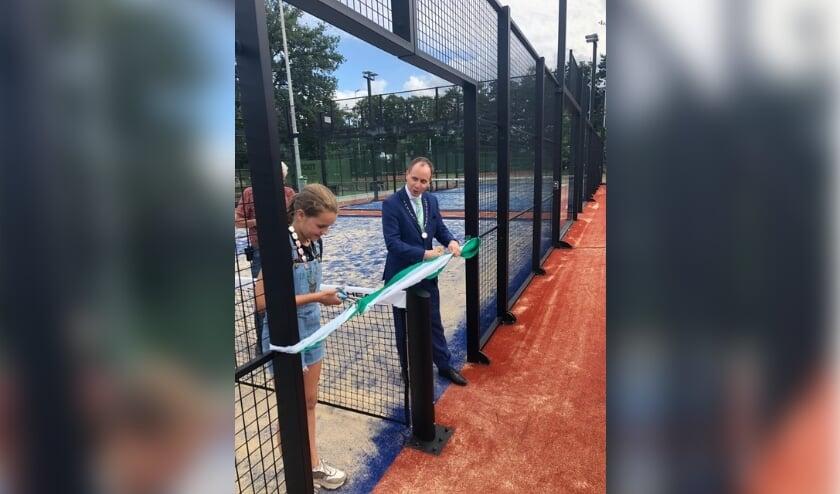 <p>Kinderburgemeester Iris Brom en burgemeester Anton Ederveen knippen het lint door. Daarmee verrichten zij de offici&euml;le opening van de padelbanen.</p>