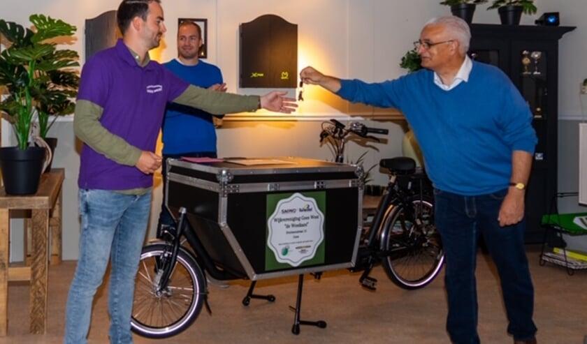 <p>Yannicks Potter neemt de sleutel in ontvangst van Rien Heijboer, voorzitter van SOMV. FOTO: Charles Linssen</p>