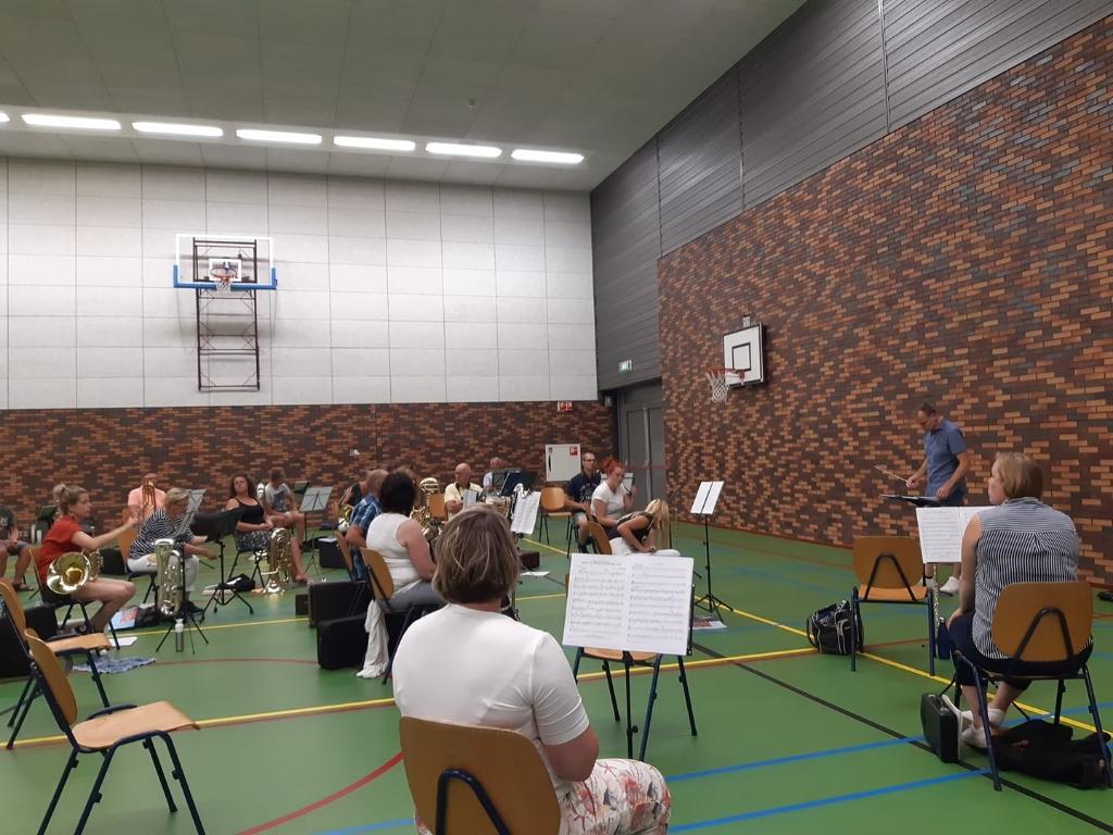 Omdat hun eigen 'de Tente' niet genoeg ruimte biedt aan alle muzikanten én de coronaregels is de Harmonie uitgeweken naar de sporthal. (Eigen foto's) Foto: Hellendoornse Harmonie © DPG Media