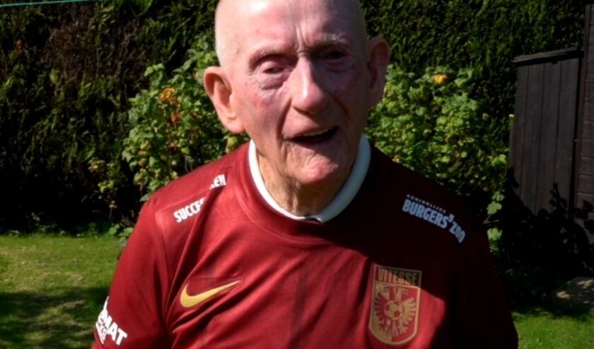 <p>De Arnhemse club bracht een bezoek aan de onlangs 100 jaar geworden veteraan Sir Wilf Oldham. Hij ontving in Engeland het allereerste exemplaar van het fonkelnieuwe Airborne-wedstrijdshirt. </p>