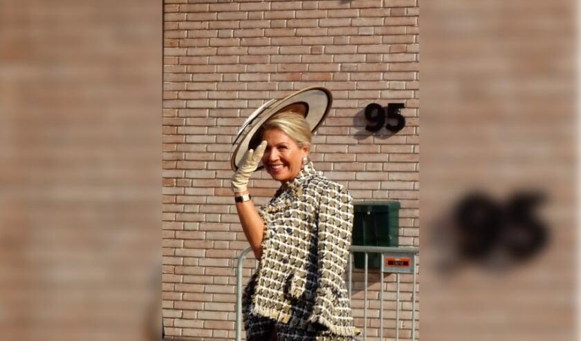 <p>Hare Majesteit Maxima wuift vriendelijk naar de verzamelde media bij het betreden van het nieuwe Theater Zuidplein. Foto: Joop van der Hor</p>