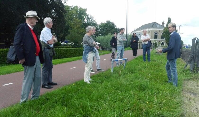 <p>Initiatiefnemer Wilbert van Bijlert (rechts op de foto) gaf een groepje belangstellingen een voorproefje van zijn leerzame buurtwandeling. Foto: Emile Verdegaal</p>
