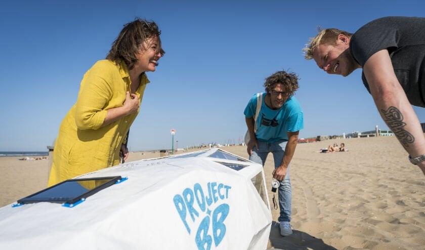 <p>Wethouder Saskia Bruines bewondert een strandrobot.</p>