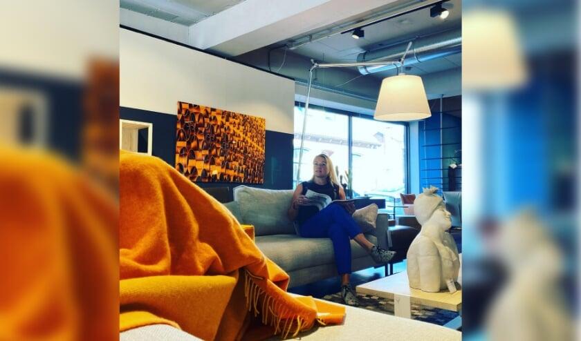 <p>Nicole Tanke bij Brok Interieur met Gold SIlence in beeld</p>