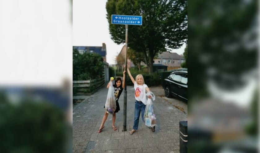 Shanaya en Anne-Roos na een avondje afval prikken in de wijk
