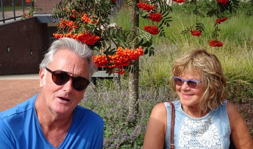 <p>Het kunstenaarsechtpaar Bert en Monique Penning genieten volop van alle aandacht voor de beeldentuin. Foto: Joop van der Hor</p>
