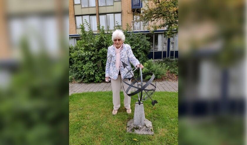 <p>Een grote wens van een hoogbejaarde Veenendaalse ging in vervulling: ze kijkt weer uit op de grote zonnewijzer die in haar tuin aan de Van Hogendorpstraat stond. (Foto: Netwerk voor Jou)</p>