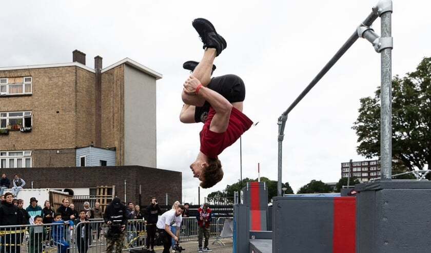 <p>Gewaagde moves op het parcours van het NK Freerunning, opgepimpt door kunstenaar OX-Alien, deelnemer aan POW! WOW! Rotterdam.</p>