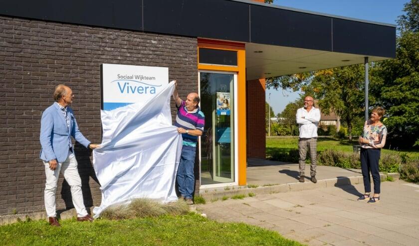 <p>Wethouder Ronald de Meij onthult samen met medewerkers van het Vivera Sociaal Wijkteam het nieuwe logo voor de deur van hun pand.</p>