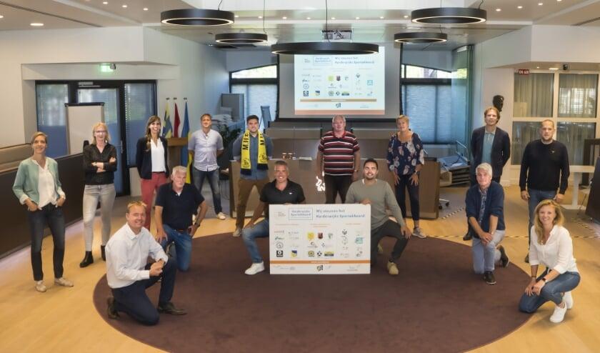 De partijen die het thema Vitale aanbieders en Positieve sportcultuur ondertekenden. Foto: Henk Merjenbugh/Gemeente Harderwijk