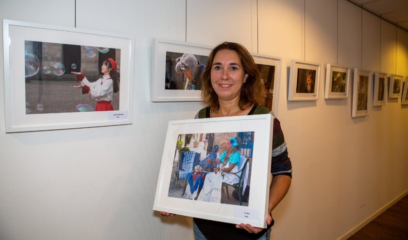 Straatfotograaf Willeke Tjassens te midden van haar foto's in cultureel centrum De Ogtent. (Foto: René Nijhuis Fotografie)