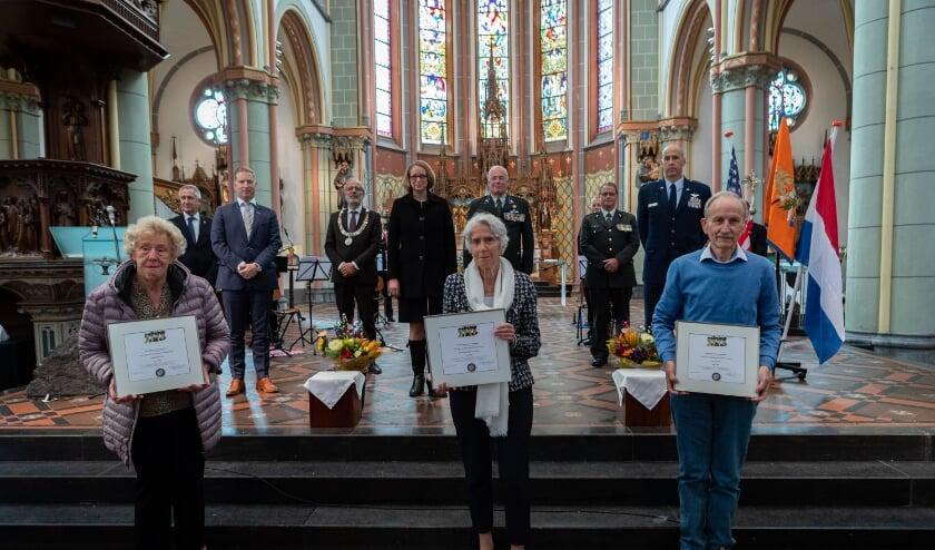Na afloop van de plechtigheid poseren de familieleden met de awards.