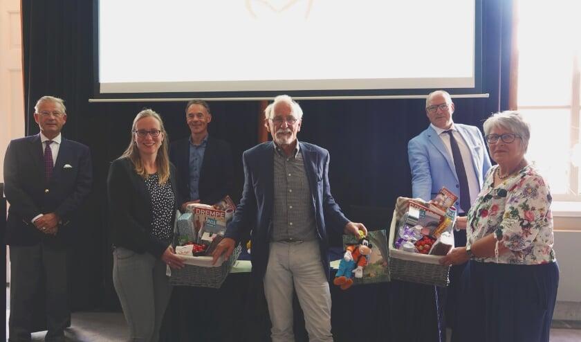 <p>Op de voorgrond het bestuur van Waakmand Bommelerwaard: Gerlinde Baron, Frans van Amelsvoort en Leny Merks. Achter: burgemeester van Maaren, notaris Zondervan en burgemeester Van Kooten.</p>