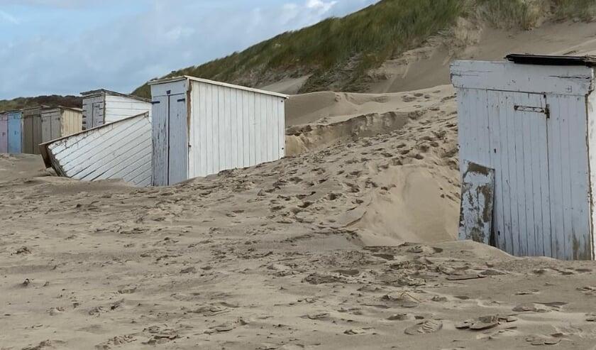 <p>Veel zandverstuiving richting de duinen bij Oostkapelle. In tegenstelling tot dijken en duinen, wel veel schade aan strandhuisjes.</p>
