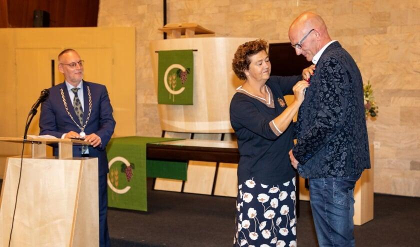 <p>Vanwege de anderhalve meter corona-afstand spelde de echtgenote van Willem Veldkamp de versierselen op.&nbsp;</p>