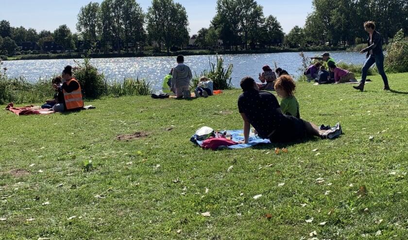 <p>Kinderen van het Stroomdal volgen een schilderles bij de Wijde Aa in de Aa-Landen.</p>