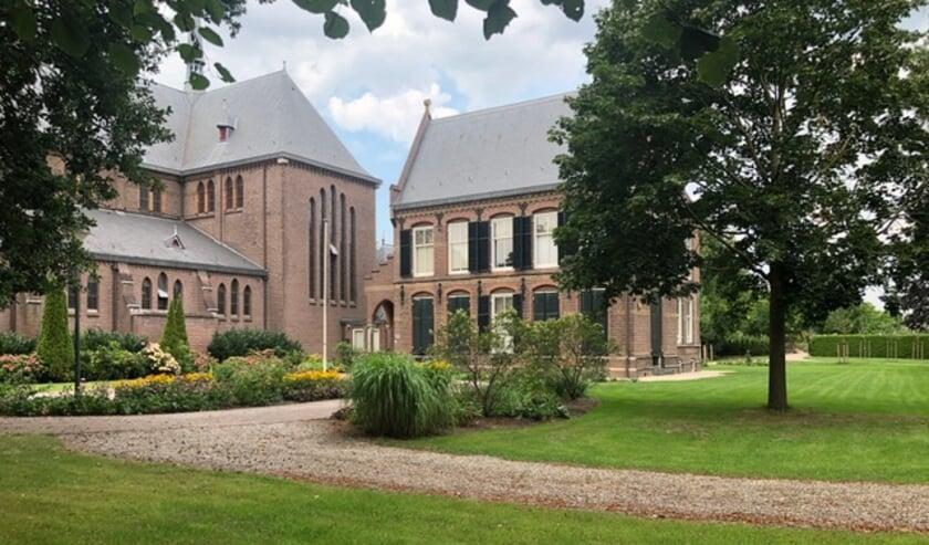 De Willibrordkerk met pastoraal centrum omgegeven door de nieuwe tuin. Eigen foto