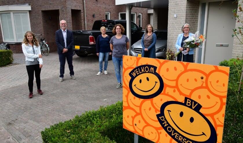 <p>De burgemeester van Reusel-De Mierden ontvangt als eerste het welkomstpakket voor nieuwe inwoners.&nbsp;Foto: Jan Wijten</p>