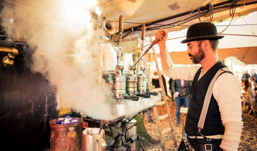 <p>Geniet van een bijzondere kop espresso uit een stoom-aangedreven koffiemachine. (foto Caroline van der Waal)</p>