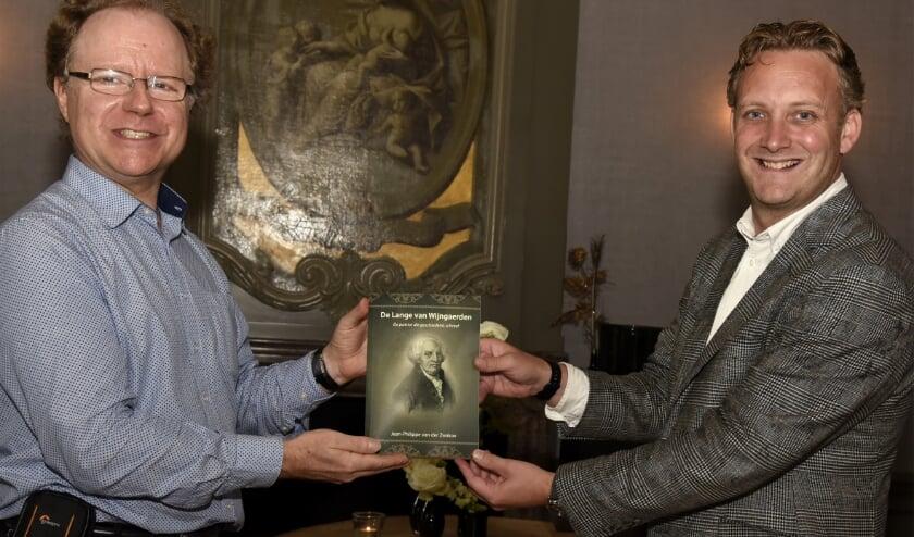 Jean-Philippe van der Zwaluw (links) presenteert zijn boek over De Lange van Wijngaerden. (Foto Marianka Peters).