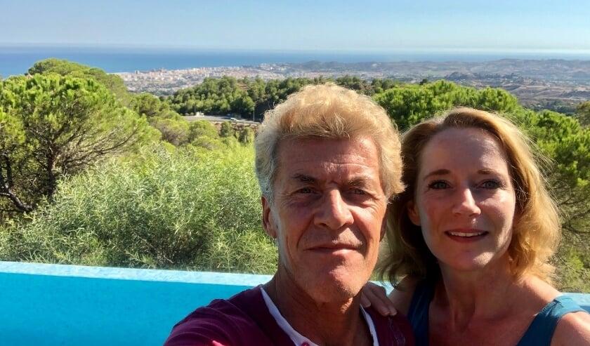 Kees Hendriksen en Daniëlle Jolink bij hun guesthouse Villa FenaVista in Mijas aan de Costa del Sol.