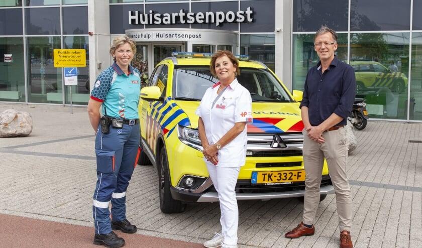<p>De drie &lsquo;typen&rsquo; hulpverleners die v&oacute;&oacute;r en achter de schermen bij een inzet van de &lsquo;Rapid HAG&rsquo; betrokken zijn: v.l.n.r. ambulanceverpleegkundige Marjolijn Mellegers, HAP-triagiste Carla Veen en HAP-huisarts Gerwin Wildeboer. (Foto: Frederike Slieker)</p>