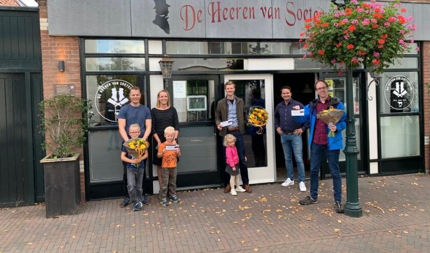 <p>Freddie Krullaars reikt de gewonnen dinercheques uit bij de Heeren van Soetermeer.&nbsp;&nbsp;</p>