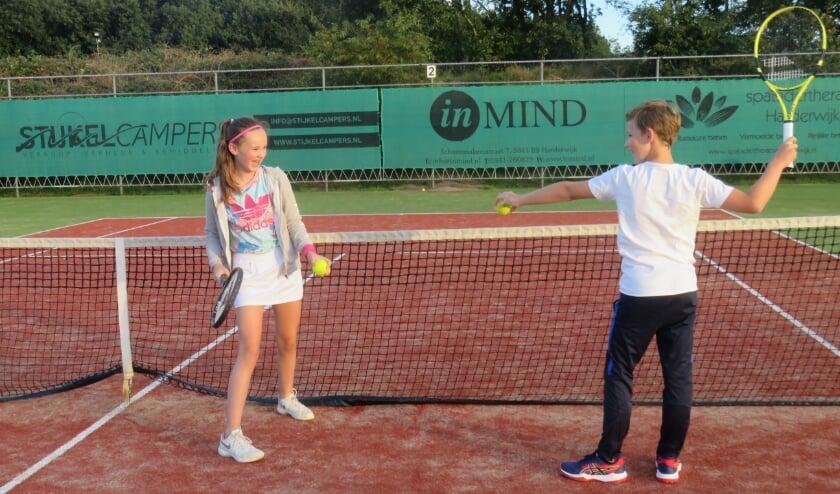 <p>Isabella Hoeve en Nino Petersen organiseren als kindercollege een ouder-kind tennismiddag bij TV Frankrijk. (Foto: Alie van Malestein)</p>