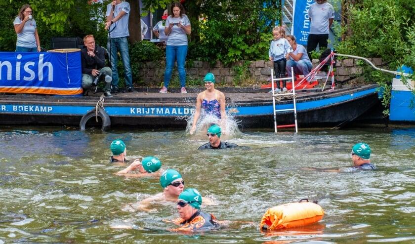 <p>Zowel bij start als finish werden de coronamaatregelen streng opgevolgd. Foto: Sandra Zeilstra</p>