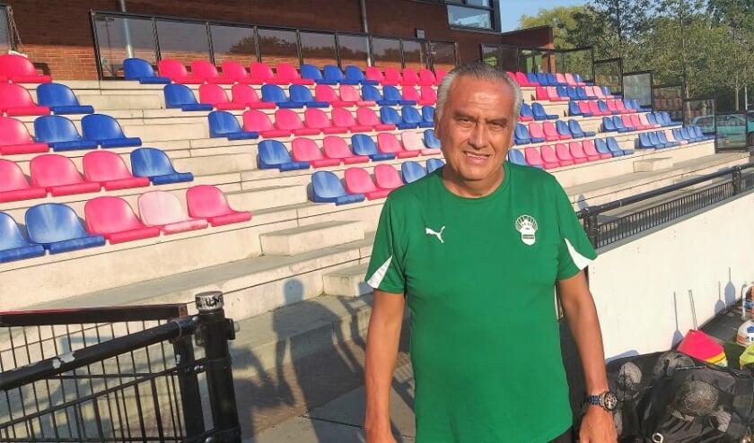 <p>Huib van Oostrom Soede, hoofdtrainer bij voetbalvereniging Te Werve, &#39;&#39; trainen op afwerking&quot;. Foto: Nico Mos</p>