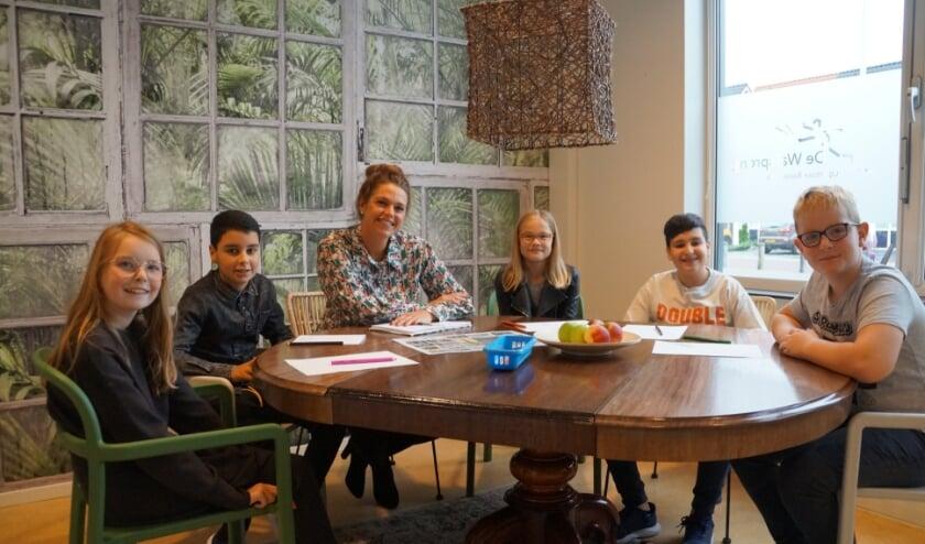 <p>Marieke Spruijt in gesprek met een aantal leerlingen uit de bovenbouw.</p>