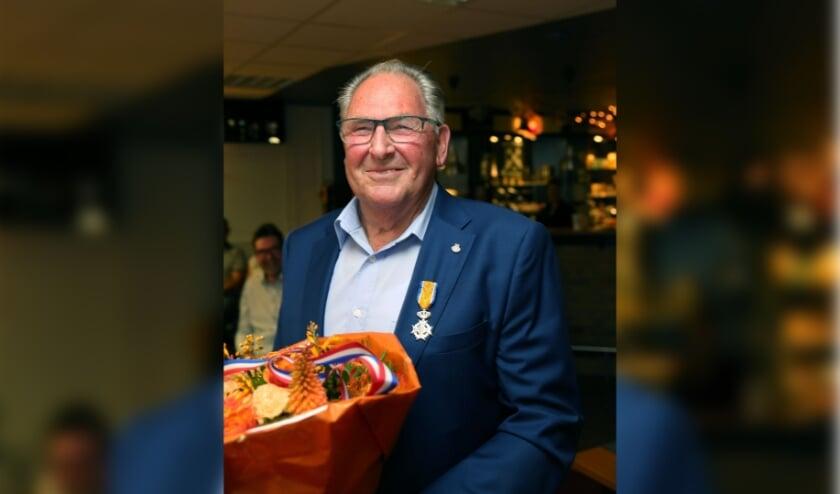 <p>Arie van de Kolk met zijn onderscheiding. (foto: 3JetFotografie) <br><br></p>