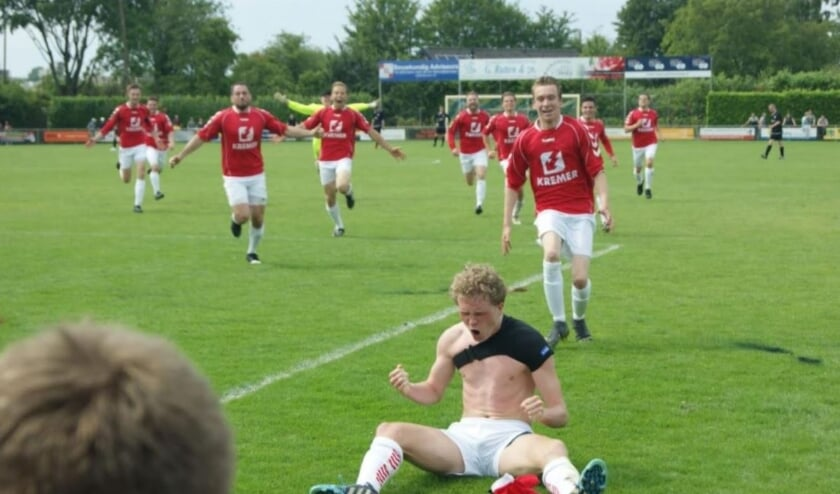 <p>Zittend op de grond juicht Jasper Raben na zijn treffer in het legendarische promotieduel tegen Jonge Kracht. (bron: Lars Smit / In de Hekken)</p>