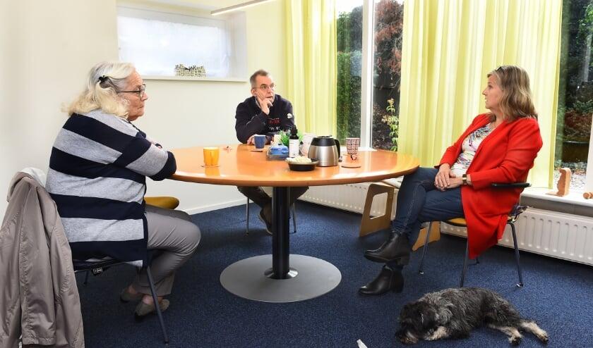 <p>Gerda Derksen , Bennie Arends en mediator Antoinette Duenk met haar hond Duzzel. (foto: Roel Kleinpenning)</p>