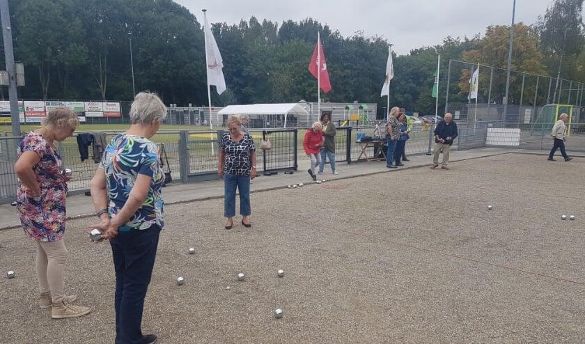 Leden van Klup (50e+ers die graag activiteiten met elkaar doen) Jeu de Boulen bij Nikantes in de openingsmaand van de nieuwe hal