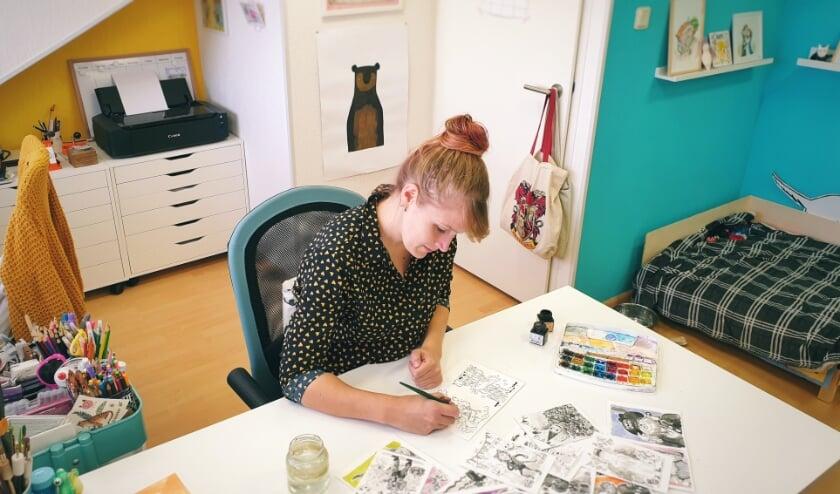 <p>Omdat het zo populair is, geeft Kim op donderdagavond 1 oktober een workshop &lsquo;Illustreren met inkt&rsquo; bij Cultuurkust in Harderwijk. (foto: Peter den Dulk)</p>